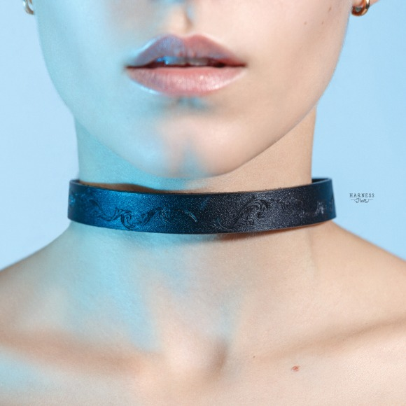 CH08 Classic leather choker with carving. The width 1,5 cm. фото 2