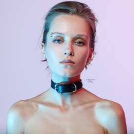 CH37 Classic leather choker with buckle.